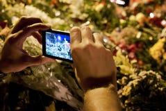 Οι άνθρωποι τοποθετούν τα λουλούδια στην ολλανδική πρεσβεία σε Kyiv Στοκ Φωτογραφίες