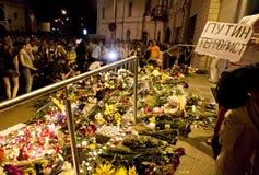 Οι άνθρωποι τοποθετούν τα λουλούδια στην ολλανδική πρεσβεία σε Kyiv Στοκ εικόνα με δικαίωμα ελεύθερης χρήσης