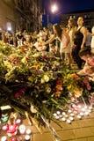 Οι άνθρωποι τοποθετούν τα λουλούδια στην ολλανδική πρεσβεία σε Kyiv Στοκ Εικόνα