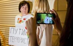 Οι άνθρωποι τοποθετούν τα λουλούδια στην ολλανδική πρεσβεία σε Kyiv Στοκ φωτογραφίες με δικαίωμα ελεύθερης χρήσης