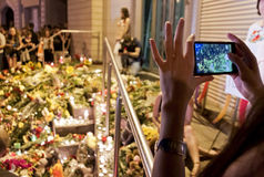 Οι άνθρωποι τοποθετούν τα λουλούδια στην ολλανδική πρεσβεία σε Kyiv Στοκ Εικόνες