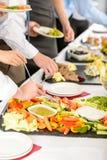 οι άνθρωποι τροφίμων επιχειρησιακού τομέα εστιάσεως μπουφέδων παίρνουν στοκ εικόνες με δικαίωμα ελεύθερης χρήσης