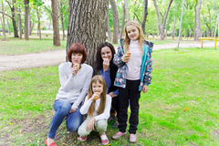Οι άνθρωποι τρώνε Στοκ εικόνα με δικαίωμα ελεύθερης χρήσης