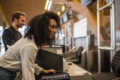 Οι άνθρωποι υπογράφουν κατά την άφιξη τις αποσκευές στον αερολιμένα Στοκ Φωτογραφία