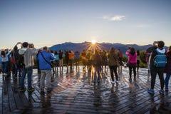 Οι άνθρωποι φωτογραφίζουν την ανατολή στο βουνό Zhushan στοκ εικόνες