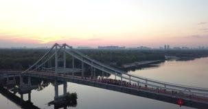 Οι άνθρωποι χαιρετίζουν τη στάση σε μια γέφυρα απόθεμα βίντεο