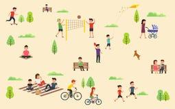 Οι άνθρωποι χαλαρώνουν στη φύση στο πάρκο Ελεύθερος χρόνος στο καθαρό αέρα, οδηγώντας skateboard ποδηλάτων, που παίζει με τη σφαί στοκ φωτογραφίες