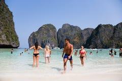 Οι άνθρωποι χαλαρώνουν στο διάσημο Phi Phi στο νησί Leh Στοκ εικόνες με δικαίωμα ελεύθερης χρήσης