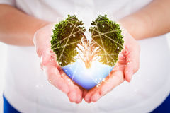 Οι άνθρωποι χεριών εκτός από τη γη προστατεύουν την περιβαλλοντική έννοια Στοκ εικόνα με δικαίωμα ελεύθερης χρήσης