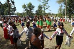 Οι άνθρωποι χορεύουν γύρω από τα χέρια εκμετάλλευσης χορού Στοκ Εικόνες
