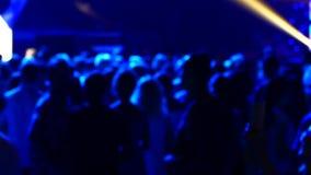 Οι άνθρωποι χορεύουν στο disco Πίστα χορού και ελαφριά μουσική Οι νέοι στηρίζονται σε μια λέσχη νύχτας απόθεμα βίντεο