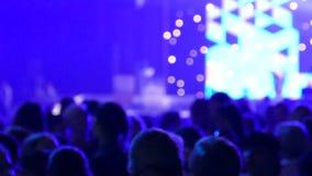 Οι άνθρωποι χορεύουν στο disco Πίστα χορού και ελαφριά μουσική Οι νέοι στηρίζονται σε μια λέσχη νύχτας φιλμ μικρού μήκους