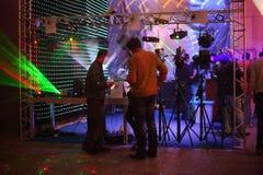 Οι άνθρωποι ψάχνουν το σύγχρονο εξοπλισμό φωτισμού Στοκ Εικόνα