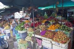 Οι άνθρωποι ψωνίζουν σε μια αγορά σε Pnom Penh Στοκ φωτογραφίες με δικαίωμα ελεύθερης χρήσης