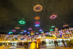 οι άνθρωποι ψωνίζουν στη φωτισμένη αγορά Χριστουγέννων Στοκ Φωτογραφίες