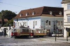 Οι άνθρωποι Czechia και οι ταξιδιώτες αλλοδαπών χρησιμοποιούν την αναδρομική τροχιοδρομική γραμμή στην Πράγα, Δημοκρατία της Τσεχ Στοκ Φωτογραφία