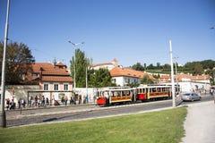 Οι άνθρωποι Czechia και οι ταξιδιώτες αλλοδαπών χρησιμοποιούν την αναδρομική τροχιοδρομική γραμμή στην Πράγα, Δημοκρατία της Τσεχ Στοκ Εικόνα