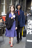 Οι άνδρες και η γυναίκα Hipster έντυσαν στο δροσερό ύφος Londoner περπατώντας στην πάροδο τούβλου, μια οδός δημοφιλής μεταξύ των  Στοκ Φωτογραφίες