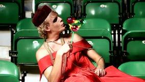 Οι άνδρες ντύνουν στο παιχνίδι των γυναικών με το pinwheel φιλμ μικρού μήκους