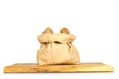Οι άπλυτες πατάτες σε μια τσάντα εγγράφου στο λευκό Στοκ Εικόνα