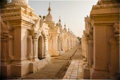 Οι λάρνακες παγοδών του Mandalay Kuthodaw Στοκ Εικόνες