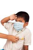 οι άρρωστοι αγοριών φορούν τη μάσκα και το themometer Στοκ φωτογραφία με δικαίωμα ελεύθερης χρήσης