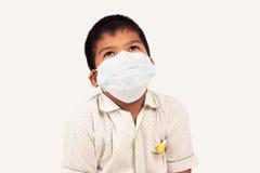οι άρρωστοι αγοριών φορούν τη μάσκα Στοκ εικόνες με δικαίωμα ελεύθερης χρήσης