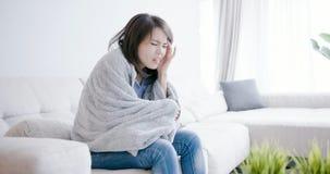Οι άρρωστοι γυναικών και αισθάνονται τον πονοκέφαλο στοκ εικόνες