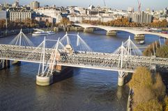 Οι άσπρες γέφυρες του Βατερλώ, ιωβηλαίο και hungerford στο ενιαίο πλαίσιο πέρα από τον ποταμό Τάμεσης στοκ εικόνες με δικαίωμα ελεύθερης χρήσης