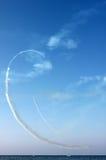 Οι άσπρες γραμμές καμπυλών πνίγουν από τη διαδρομή των αεροπλάνων και της θάλασσας στο υπόβαθρο μπλε ουρανού, κάθετη άποψη Στοκ φωτογραφίες με δικαίωμα ελεύθερης χρήσης