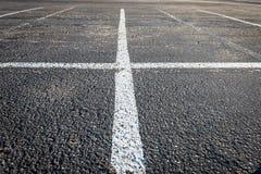 Οι άσπρες γραμμές κόβουν στο χώρο στάθμευσης Στοκ φωτογραφία με δικαίωμα ελεύθερης χρήσης