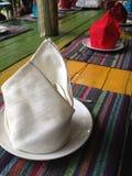Οι άσπρες και κόκκινες επιτραπέζιες πετσέτες Στοκ Εικόνες