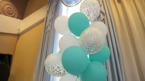 Οι άσπρες και πράσινες σφαίρες πηκτωμάτων πετούν σε έναν γάμο σε ένα σύγχρονο ξενοδοχείο φιλμ μικρού μήκους
