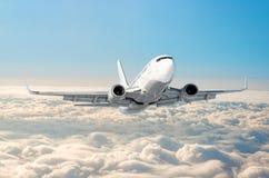 Οι άσπρες μύγες αεροπλάνων αναρριχούνται στο ύψος, επίπεδο πτήσης υψηλό στον ουρανό επάνω από το μπλε ουρανό σύννεφων Στοκ εικόνες με δικαίωμα ελεύθερης χρήσης