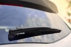 Οι άσπρες οπίσθιες ψήκτρες αυτοκινήτων Στοκ Φωτογραφίες