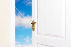 Οι άσπρες πόρτες είναι ανοικτές στο νέο κόσμο Στοκ Εικόνες