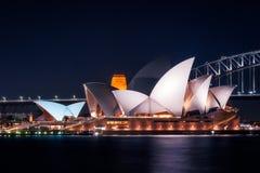 Οι άσπρες στέγες της Shell της Όπερας του Σίδνεϊ τη νύχτα Στοκ Εικόνα