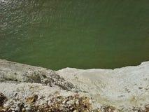 Οι άσπροι απότομοι βράχοι μειώνονται μακριά Στοκ φωτογραφία με δικαίωμα ελεύθερης χρήσης