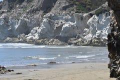 Οι άσπροι απότομοι βράχοι στο Pismo Beach στοκ φωτογραφία