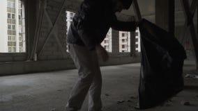 Οι άστεγοι παίρνουν τα απορρίμματα στην τσάντα απορριμάτων φιλμ μικρού μήκους