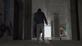 Οι άστεγοι παίρνουν τα πράγματα στο εγκαταλειμμένο κτήριο απόθεμα βίντεο
