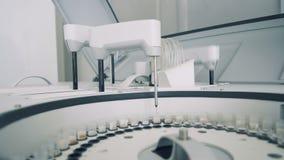 Οι έλεγχοι με τα δείγματα παίρνουν δοκιμασμένοι από μια βιοχημική συσκευή ανάλυσης απόθεμα βίντεο