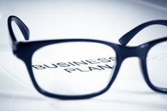 Οι λέξεις επιχειρηματικών σχεδίων βλέπουν μέσω του φακού γυαλιών, επιχειρησιακή έννοια Στοκ εικόνα με δικαίωμα ελεύθερης χρήσης