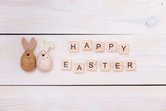 Οι λέξεις ευτυχούς Πάσχας γράφονται στους ξύλινους κύβους και τα αυγά Ευτυχής έννοια Πάσχας στο άσπρο ξύλινο υπόβαθρο Στοκ φωτογραφίες με δικαίωμα ελεύθερης χρήσης