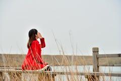 Ψιθυρίζοντας κορίτσι Στοκ φωτογραφία με δικαίωμα ελεύθερης χρήσης