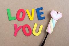 Οι λέξεις σας αγαπούν με την καραμέλα βαλεντίνων Στοκ Εικόνες