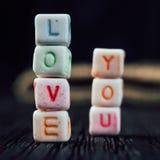 Οι λέξεις σας αγαπούν που γράφεστε στους κεραμικούς φραγμούς Στοκ φωτογραφία με δικαίωμα ελεύθερης χρήσης
