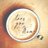 Οι λέξεις σας αγαπούν mum διαμόρφωσαν από τον αφρό καφέ Φλυτζάνι του cappuccino γ Στοκ εικόνες με δικαίωμα ελεύθερης χρήσης
