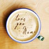 Οι λέξεις σας αγαπούν mum διαμόρφωσαν από τον αφρό καφέ Φλυτζάνι του cappuccino γ Στοκ εικόνα με δικαίωμα ελεύθερης χρήσης