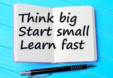 Οι λέξεις σκέφτονται ότι η μεγάλη έναρξη μικρή μαθαίνει γρήγορα στο σημειωματάριο Στοκ Φωτογραφία